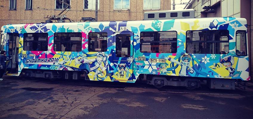 Vocaloid Straßenbahn im Snow Miku Design